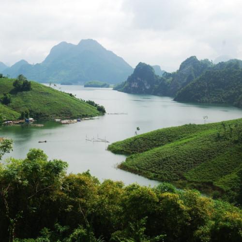 Không gian sông, núi trùng trùng điệp điệp tại Sakana Resort